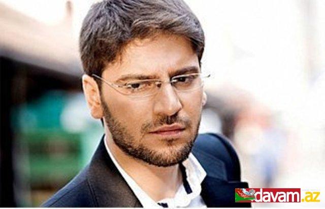 Sami Yusuf konsertində Azərbaycan bayrağını öpərək gözü üstünə qoydu - 1340001747_sami-yusif